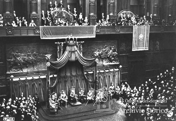 Vittorio Emanuele III inaugura la Camera dei Fasci e delle Corporazioni il 23 marzo 1939, ventesimo anniversario della fondazione dei Fasci Italiani di Combattimento.