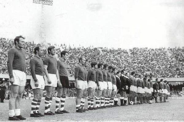 Le formazioni della finale 1970, Napoli-Swindon Town 0-3, da sinistra José Altafini e Ottavo Bianchi - www.swindon-town-fc.co.uk