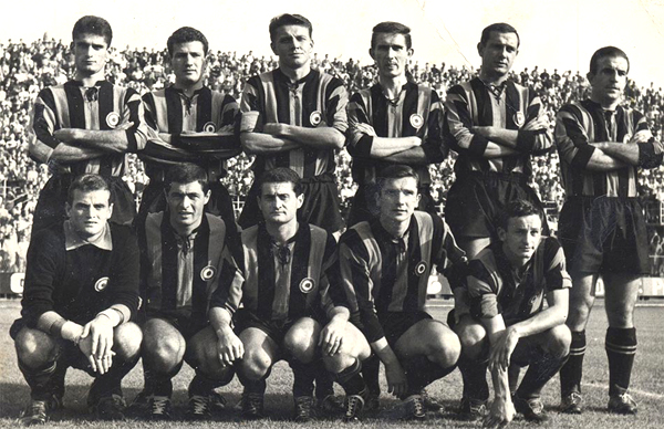 L'Atalanta 1963-64 con la coccarda tricolore di vincitrice della Coppa Italia 1962-63- www.passionemaglie.it