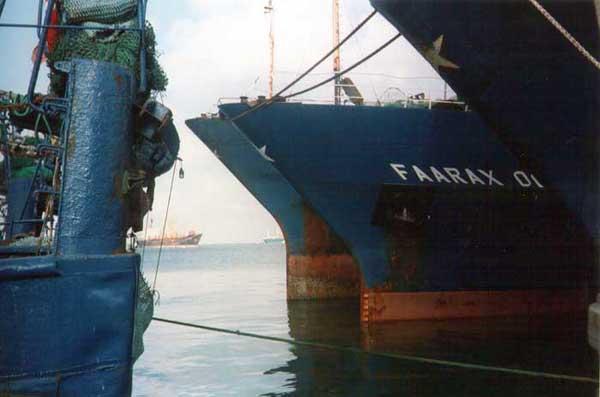 La nave Faarax Omar a Gibuti nel 1998