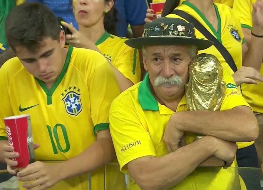 Delusione dei tifosi brasiliani dopo la sconfitta in semifinale contro la Germania