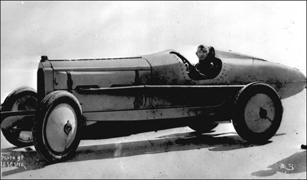 De Palma a bordo della Packard 905 V12, con la quale stabilì il record di uomo più veloce del mondo nel 1919 – www.uniquecarsandparts.com.au