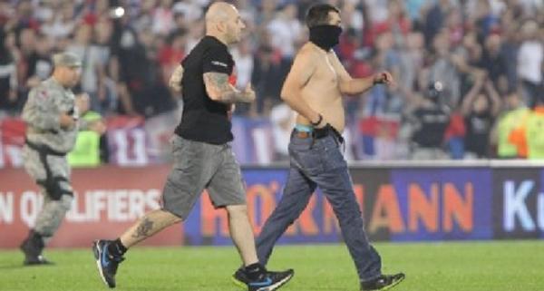 Ivan 'il Terribile' Bogdanov, già protagonista a Genova nel 2010, ha invaso il campo durante Serbia-Albania. Era stato scarcerato lo scorso aprile – www.tgcom24.mediaset.it