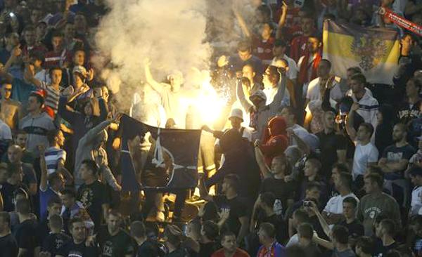 Sugli spalti tifosi serbi bruciano bandiere albanesi - www.gazzetta.it